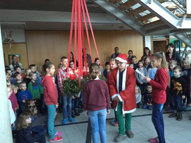 KiTa Kinder mit Weihnachtsmann